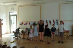Aufführung vor dem Kinderhaus